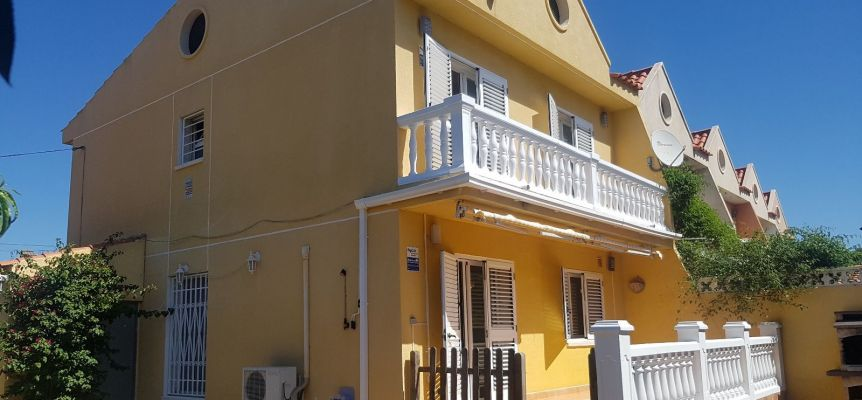 Large and confortable corner townhouse located in the center of Miami Beach.